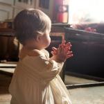 bebelus in rugaciune